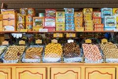 Dulces en la exhibición en tienda del caramelo Imágenes de archivo libres de regalías