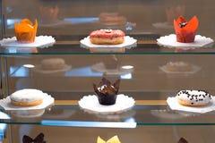 Dulces en la ventana en un kavel Foto de archivo libre de regalías