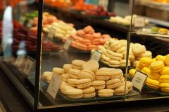 Dulces en una panadería en París Fotos de archivo libres de regalías
