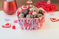 Dulces, galletas y corazones decorativos para el día del ` s de la tarjeta del día de San Valentín en la cesta Foco selectivo, es Fotografía de archivo libre de regalías