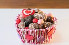 Dulces, galletas y corazones decorativos para el día del ` s de la tarjeta del día de San Valentín en la cesta Foco selectivo, es Fotos de archivo libres de regalías