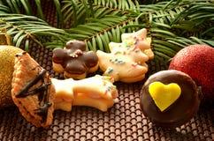 Dulces, galletas y decoración de la Navidad Imágenes de archivo libres de regalías