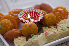 Dulces indios coloridos con una lámpara del diwali