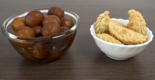 Dulces indios de la delicadeza servidos en un vector Fotografía de archivo libre de regalías