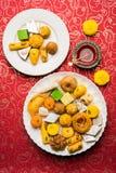 Dulces indios o Mithai para el festival del diwali con la lámpara de aceite o la caja del diya y de regalo imágenes de archivo libres de regalías