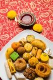 Dulces indios o Mithai para el festival del diwali con la lámpara de aceite o la caja del diya y de regalo foto de archivo