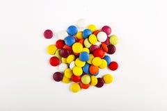 Dulces multicolores en el fondo blanco minimalism fotos de archivo libres de regalías