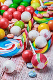 Dulces multicolores y chicle Imagen de archivo