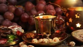 Dulces orientales tradicionales en la bandeja del marroquí del vintage Taza de té de Masala del azafrán con las especias indias