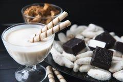 Dulces, paja en la crema, galletas y caramelos en la tabla imágenes de archivo libres de regalías