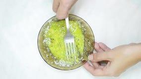 Dulces, pasteles en una placa Galletas, soplo dulce de los palillos almacen de video