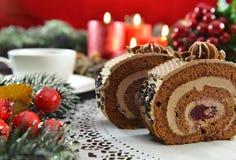 Dulces sabrosos en la tabla de la Navidad con las decoraciones Fotos de archivo libres de regalías