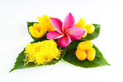 Dulces tailandeses en la hoja Imagen de archivo libre de regalías