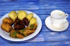 Dulces turcos del este baklava y taza del café Imagenes de archivo