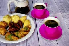Dulces turcos del este baklava y taza del café Fotografía de archivo