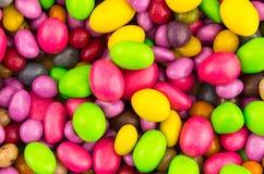 Dulces verdes rojos de la fundación del modelo del caramelo de la decoración de felicitación de la invitación festiva brillante d imágenes de archivo libres de regalías