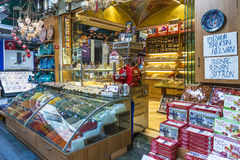 Dulces y baklava turcos de Lukum en estantes de una tienda Imágenes de archivo libres de regalías