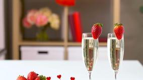 Dulces y champán rojos en día de tarjetas del día de San Valentín del st almacen de metraje de vídeo