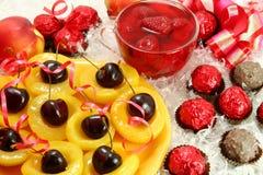 Dulces y fruta imagen de archivo