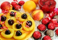 Dulces y fruta imagen de archivo libre de regalías