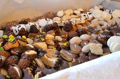 Dulces y galletas de la Navidad en caja Imagen de archivo