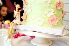 Dulces y postres, tabla adornada para un partido, servi de abastecimiento Foto de archivo libre de regalías