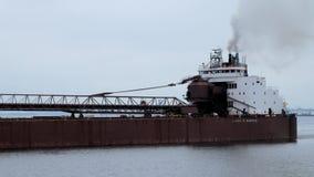 Duluth MN - 27 Oktober 2019: Den Great Lakes fraktbåten i den Duluth hamnhandfatet reser in mot Lake Superior arkivfilmer