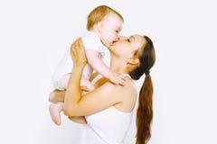 Dulzura, bebé feliz del beso de la madre Fotos de archivo libres de regalías