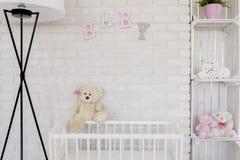 Dulzura cerca de su bebé imagenes de archivo