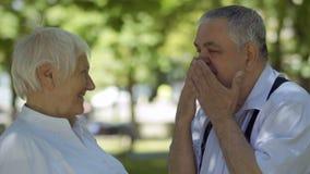 Dulzura entre la mujer mayor y el hombre mayor almacen de metraje de vídeo