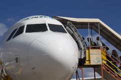 Dumaguete, οι Φιλιππίνες - 22 Μαρτίου 2018: Ειρηνικό αεροπλάνο αερογραμμών του Κεμπού με τους επιβάτες που πηγαίνουν μέσα Στοκ Εικόνες