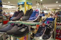 Dumaguete, Filipinas - 26 de noviembre de 2016: Exhibición al aire libre de los zapatos en alameda de compras moderna Imagen de archivo libre de regalías