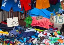 Dumaguete, Filipinas - 9 de septiembre de 2017: Ropa barata en mercado callejero rústico Streetwear para la venta Fotografía de archivo libre de regalías