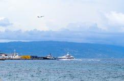 Dumaguete, Filippine - 13 maggio 2017: porto della città con la siluetta dell'isola Spiaggia e trasporto marittimo urbani Immagine Stock