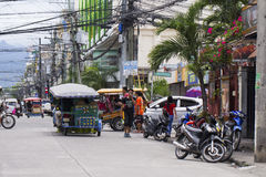 Dumaguete, Filippine: 13 maggio 2017: vista della via della città con trasporto locale e la gente fotografia stock