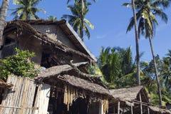 Dumaguete Filippinerna - 1 November 2017: Souvenir shoppar med infödd garnering Lantligt stam- hus med det torra bladtaket Royaltyfri Foto