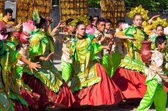 Dumaguete Filippinerna - 16 September, 2017: Dansare för Sandurot festivalgata Royaltyfri Bild