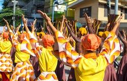 Dumaguete Filippinerna - 16 September, 2017: Gatadansare på den Sandurot festivalen Folk i traditionella klänningar Arkivfoto