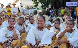 Dumaguete Filippinerna - 16 September, 2017: Sandurot festivalskådespelare som vilar för kapacitet Arkivbilder