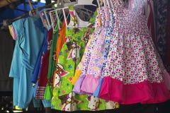 Dumaguete, Philippines - 1er novembre 2017 : vêtements d'enfants se vendant dans le magasin local de village Photos stock
