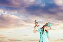 Dumająca dziecko dziewczyna fantasizing jako pilot obrazy royalty free