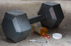 Dumbbell con gli steroidi e l'ago Fotografia Stock Libera da Diritti