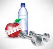 Dumbbell con la bottiglia di acqua e la mela con la misura Fotografia Stock Libera da Diritti