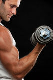 Dumbbell de levantamento do homem muscular Fotografia de Stock Royalty Free