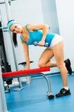 Dumbbell femminile dell'atleta Fotografie Stock