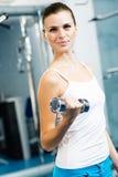 Dumbbell femminile dell'atleta Fotografia Stock