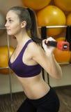 Dumbbell kobiety ciężaru trening w gym Fotografia Stock