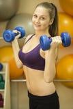 Dumbbell kobiety ciężaru trening w gym Zdjęcie Royalty Free