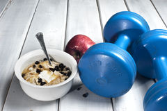 Dumbbells and bowl with yogurt Stock Photography