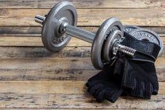 Dumbbells, dodatków ciężary i czarne rękawiczki, Zdjęcie Stock
